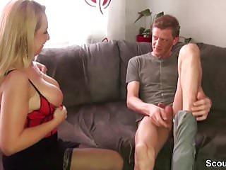 Mutti hilft ihrem Stief-Sohn nach Trennung mit einem Fick