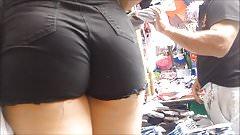 Morenita shortinho preto en la calle