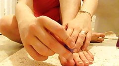 Painting my toe nails