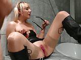 Blondes Dummsau erzaehlt Story mit Lippenstift an der Fotze!