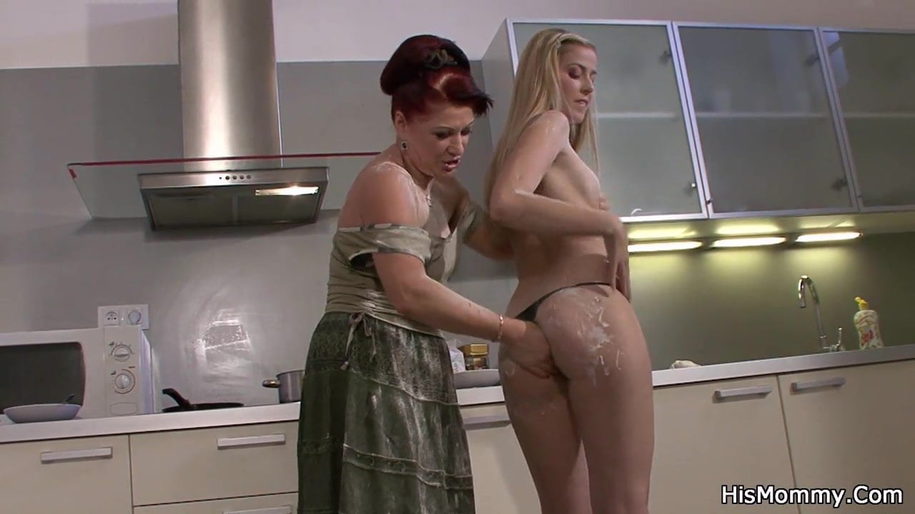 Mom Shows Daughter Lesbian