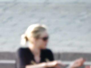 Notre blonde et sa copine jambes ouvertes