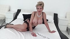 MILF Lady Sonia fuck her pussy