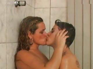 Otras mujeres desnudas besandose en la boca muy rico