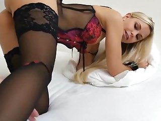 Blondes Teen in Handschellen Doggy gefickt