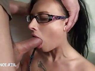 Sodomie et gorge profonde pour cette jeune brunette