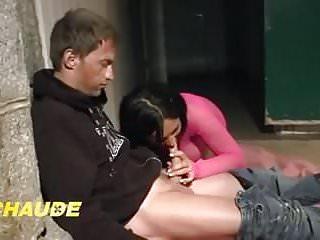Maman francaise aux gros seins donne son cul a un sans abris