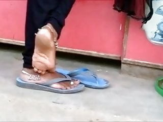 Candid indian anklet feet shoeplayin flipflops