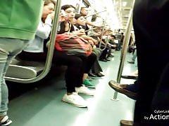 Mirando bulto en el metro