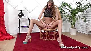 Wetandpuffy - Cute brunette Paris Divine enjoys squirting