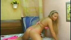 Великолепная юная блондинка трахает пальцами ее киску перед вебкамерой