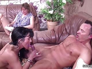 Notgeiles Paar fickt direkt vor der Mutter und sie macht mit