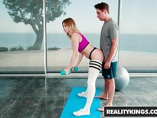 Ayuda a la alumna de pilates cuando se le escapa la verga en su cara