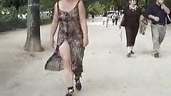 nue sous une robe transparente et ouverte.