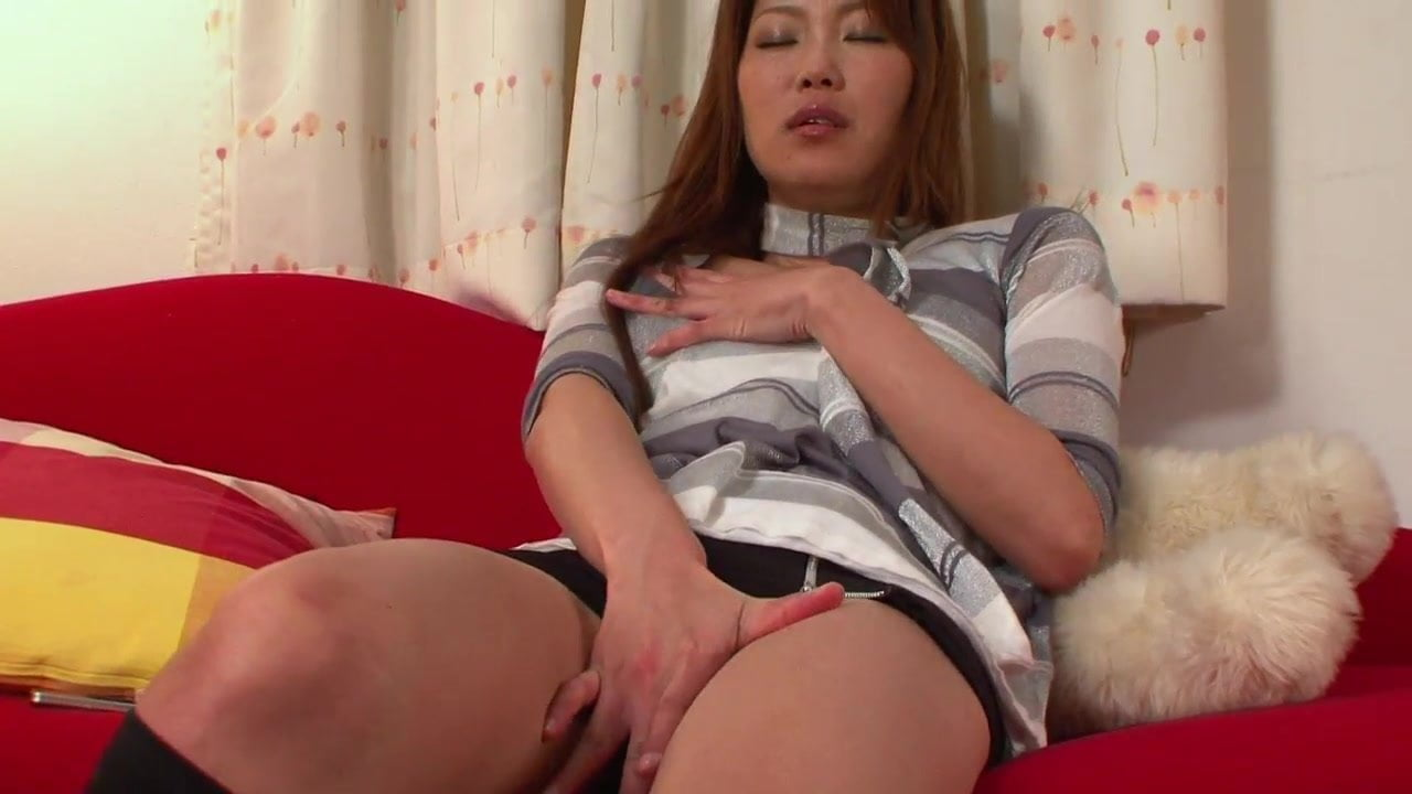 Japanese babe uses her fingers and a toy to cum
