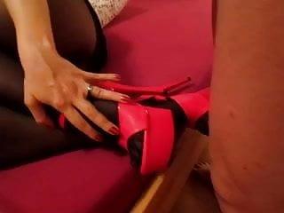 der slave spritzt mir auf die nylons