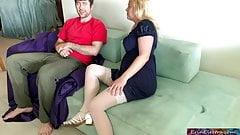 Мачеха позволяет своему пасынку трахнуть обе ее дырки