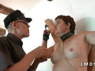 Mature se fait fistee et defoncee le cul dans laMaisonduSexe