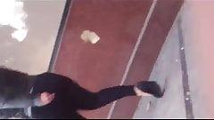 En la calle: Madura se le alcanza a transparentar el calzon