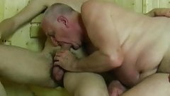 Viejo y joven chupando unos a otros en sauna