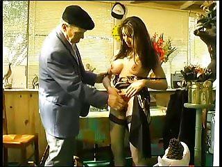 Maude Baccardi baise avec un vieux.