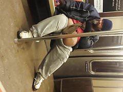Gordito meando en el metro