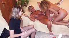 Lesbiennes amatrices qui aiment godes, strapon, fist exhib