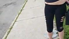Pied au cul pour une petite pute en leggings