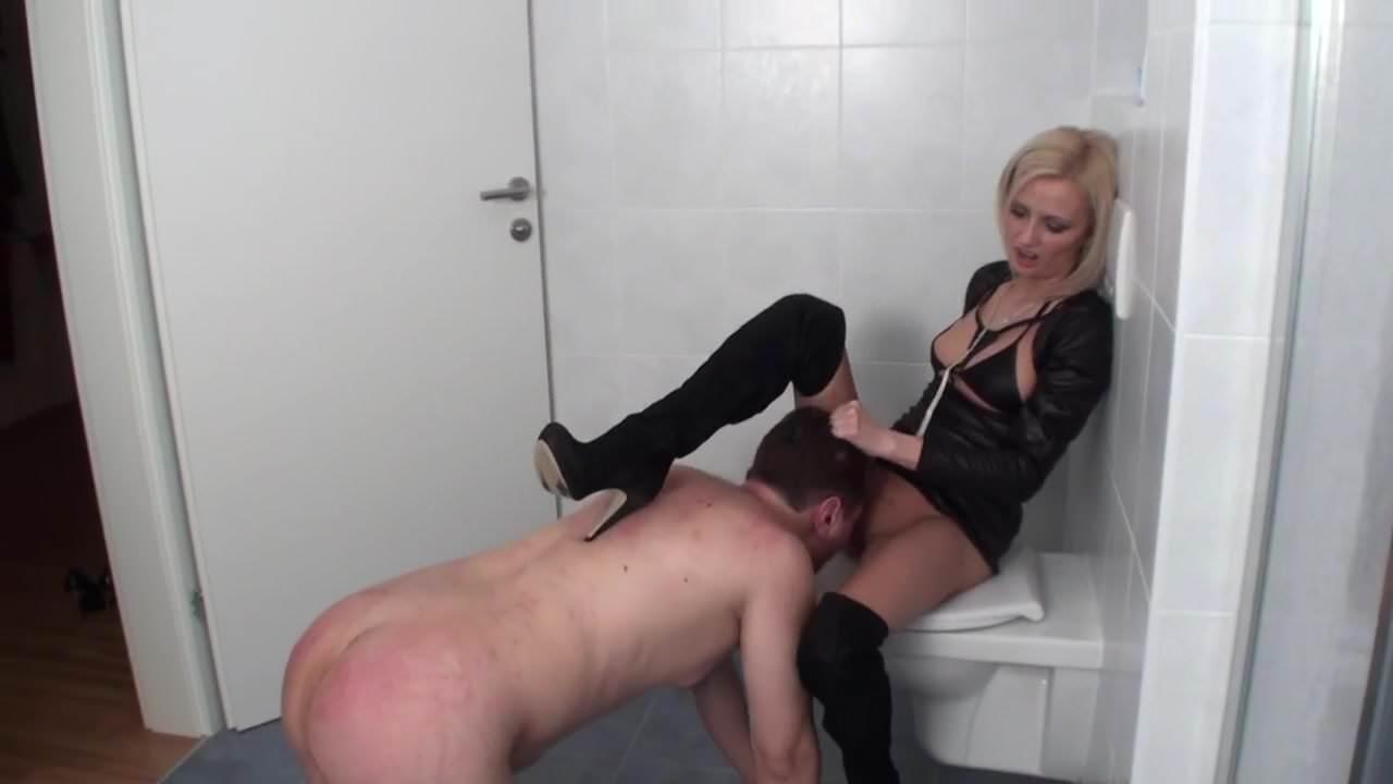 эти раб делал кунилингус туалете госпоже контроль,кто звонит,с