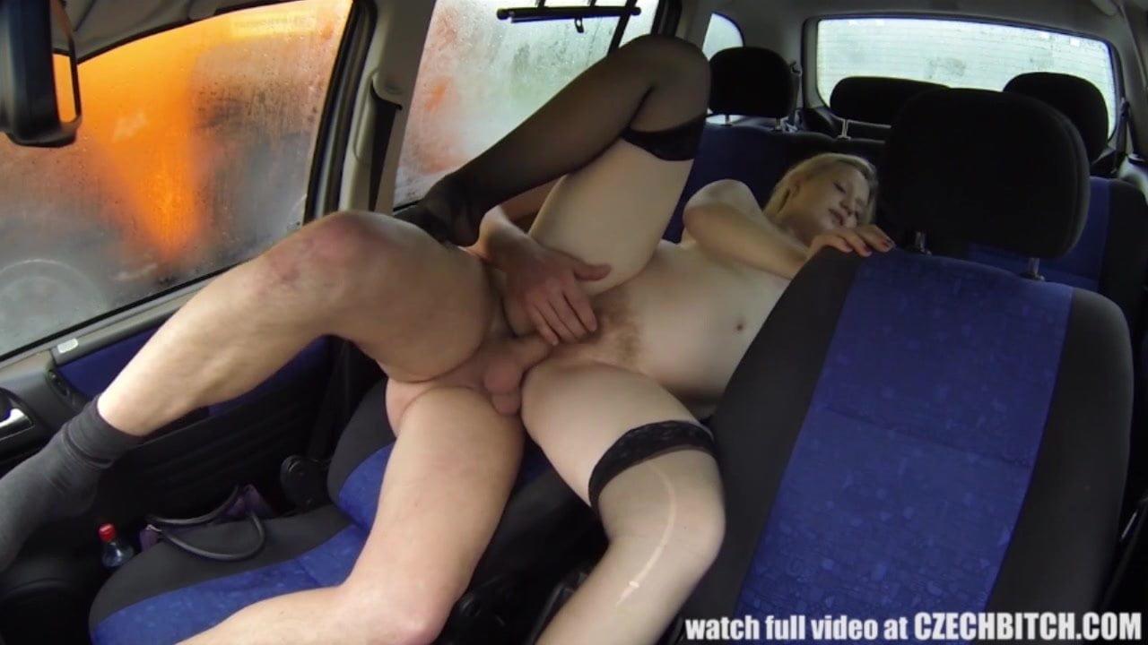 Таксист трахнул грудастую и сексуальную девушку измазавшись маслом