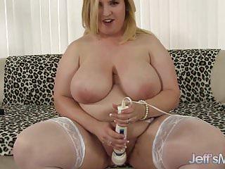 Thick and juicy plumper Nikki Wilder masturbates