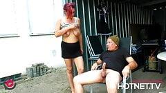 Notgeiler Hausmeister fickt Angestellte im Hinterhof