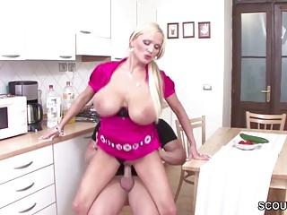 Jungspund fickt die Mutter der Freundin mit den Mega Titten