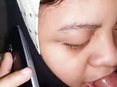 malay- awek tudung hisap sambil telpon