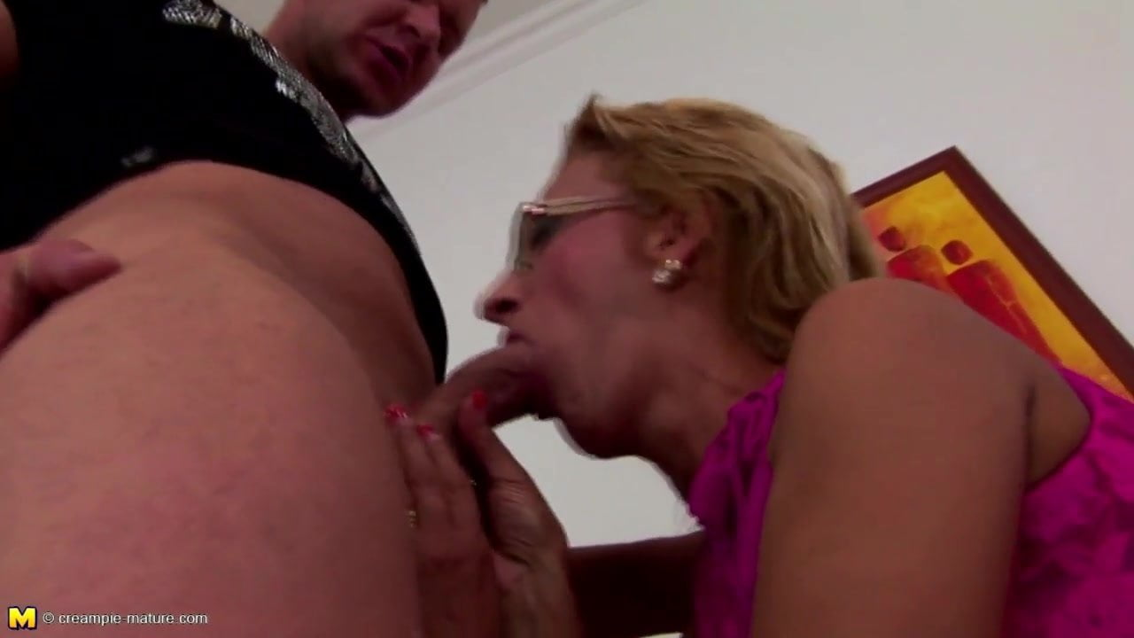 Xxx model and cumming dildo