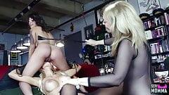 SEXYMOMMA - Lesbian threeway with an alluring mature dyke