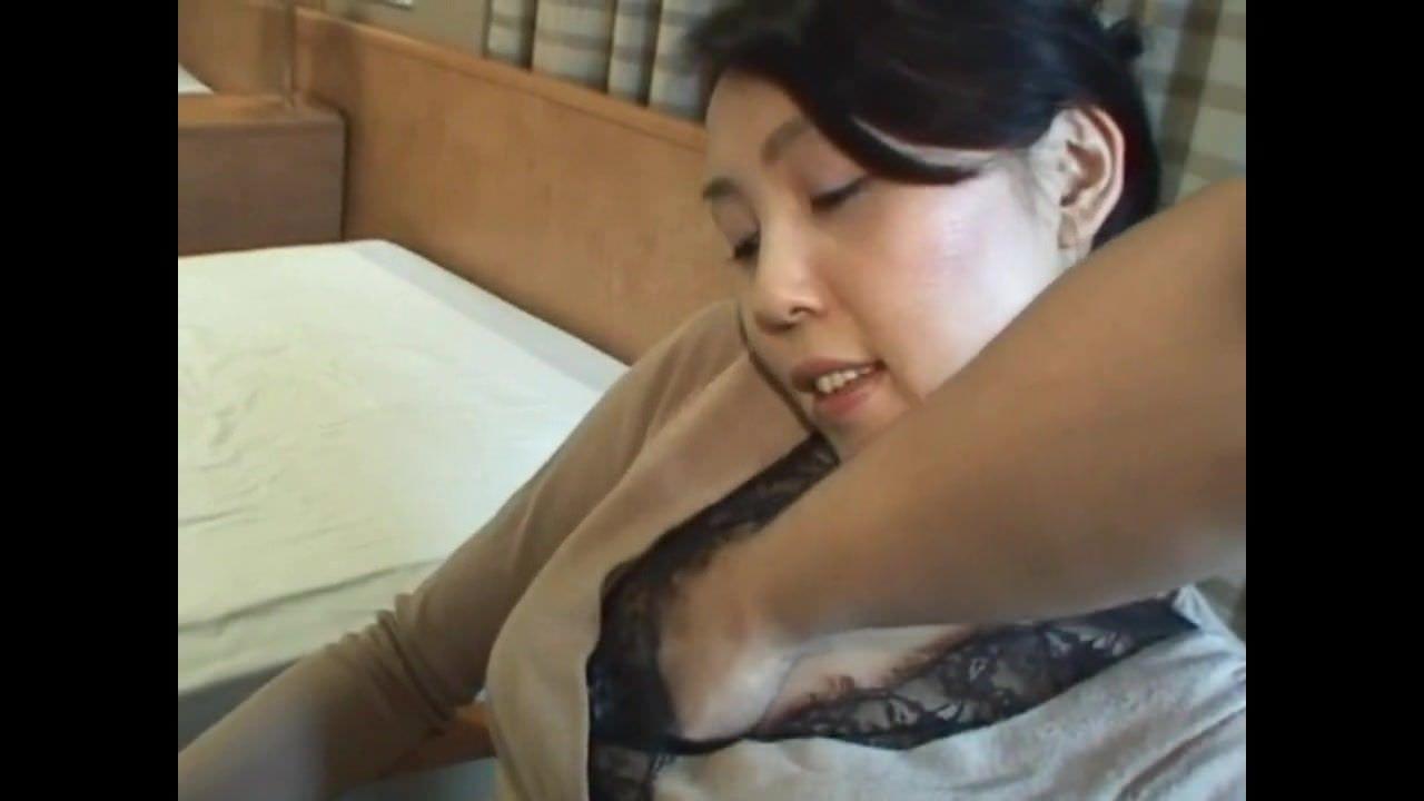 網タイツが妙にアダルトな昭和の熟女とラブホでハメ撮り投稿したurabideo