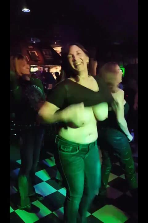 Milf show her tits during a concert