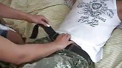 Eldre fyr flaks med en varm ungdomspornografi