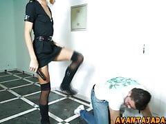 Rapaz mamando o pau da travesti