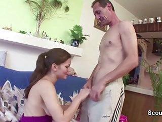 Papa fickt seine geile NICHT Stief-tochter ohne Gummi