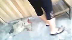 Tia culona en leggins negros
