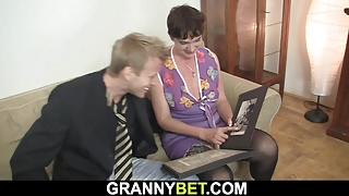 He fucks her hairy old pussy's Thumb