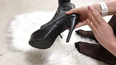 Siyah sort, topuklu cizme. Black Pantyhose, boots.