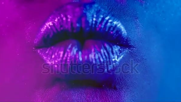 -lips-kiss-in-neon