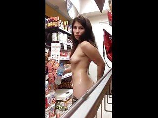La pillan en la tienda desnuda
