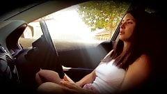 heerlijk mooi meisje alleen in de auto