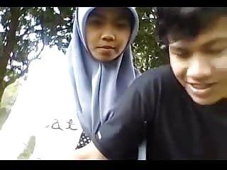 Download video bokep indonesia-cewek jilbab ciuman sama pacar Mp4 terbaru