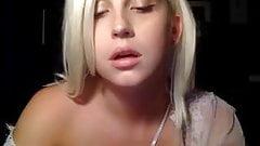 Blonda bonita con tetas grandes