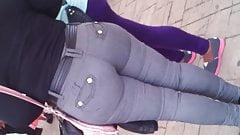 Chaparrita Milf en pantalon Apretado